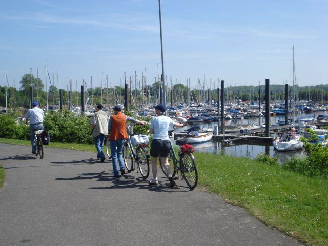 Radfahrer im Wedeler Hafen an der Elbe